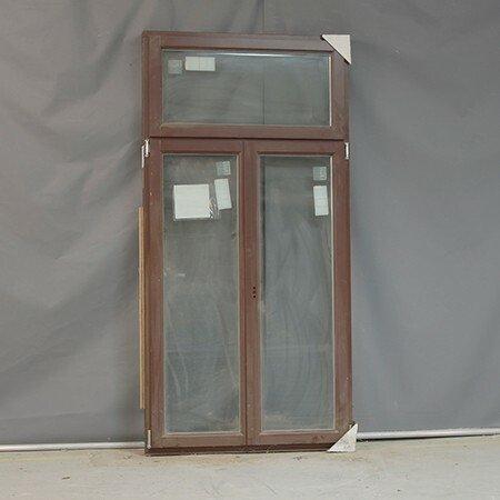 Sidehængt vindue i brunmalet træ fra Vrogum